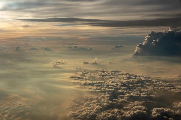 Wolken im himmel vom flugzeugfenster.