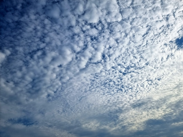 Wolken in den hintergründen des blauen himmels