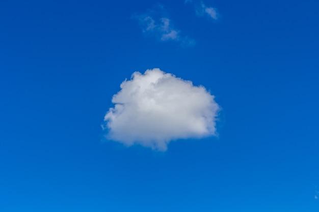 Wolken in der natur des blauen himmels
