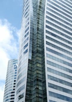 Wolken reflektierten sich in den fenstern des modernen bürogebäudes.