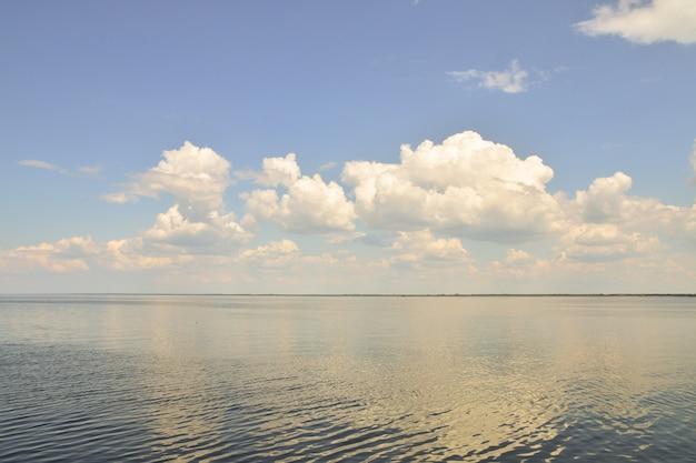Wolken spiegeln sich im meer. hintergrund ruft ein gefühl der ruhe und des friedens hervor.