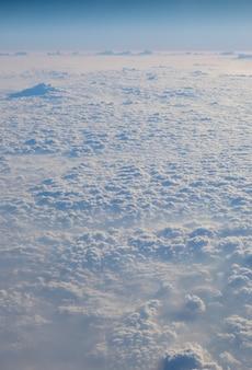 Wolken textur tapete. ansicht des feldes des blauen himmels und der wolke vom flugzeugfenster. ariel landschaft von s