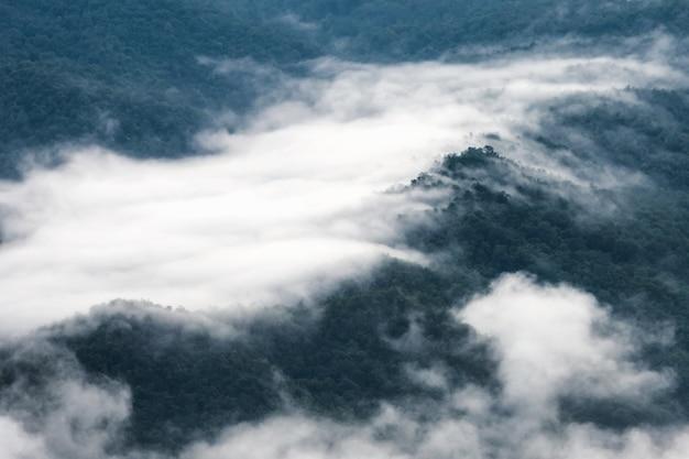 Wolken über dem berg.