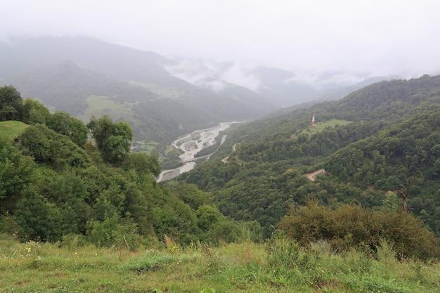 Wolken über dem felsigen kamm der bergregion des nordkaukasus in russland.