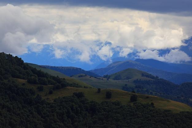Wolken über den hügeln im bereich des mount elbrus.