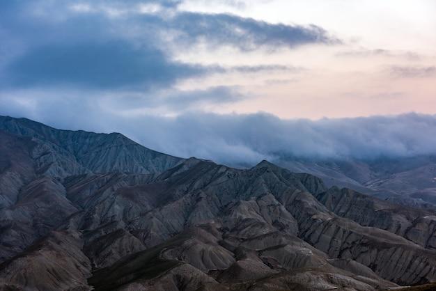 Wolken über den majestätischen berggipfeln Premium Fotos