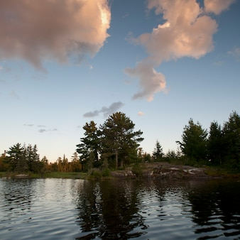 Wolken über see am lake of the woods, ontario
