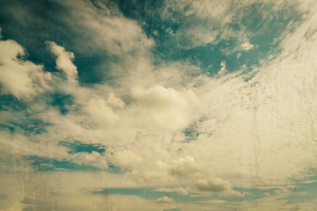 Wolken und blauer himmel mit grunge-scratch-effekt vintage