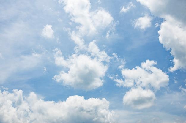 Wolken und himmel mit unscharfem musterhintergrund