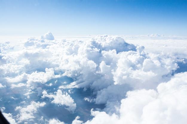 Wolken und himmel von der flugzeugfensteransicht