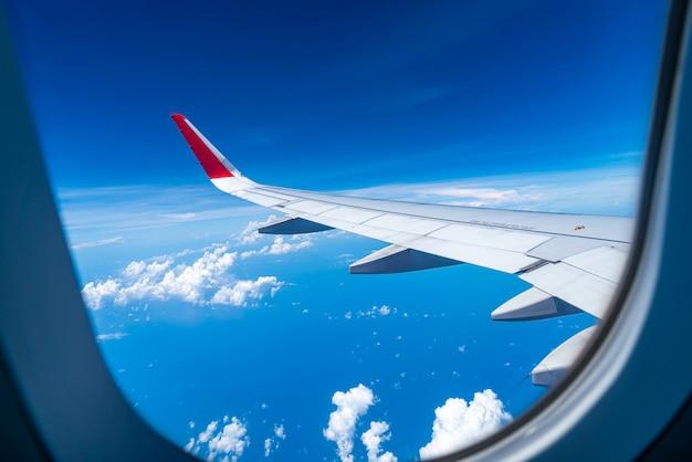 Wolken und himmel, wie durch fenster eines flugzeugs gesehen