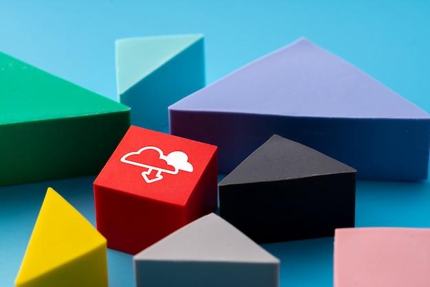 Wolken- und social media-ikone auf buntem puzzle