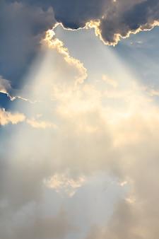 Wolken und sonne strahlt am abend