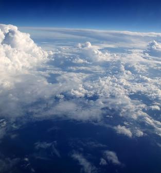 Wolkenansicht des blauen himmels vom aircarft flugzeug