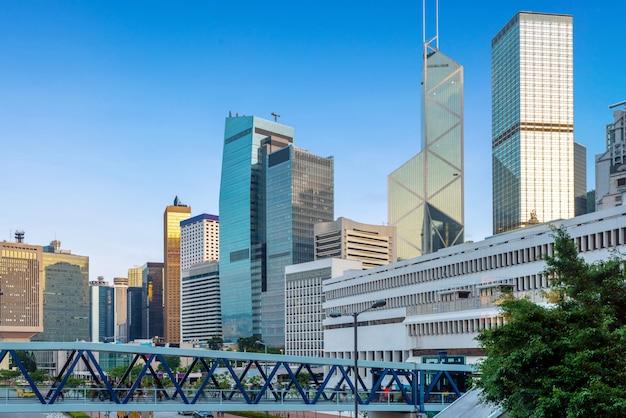 Wolkenkratzer auf der straße von hongkong und fußgängerviadukte