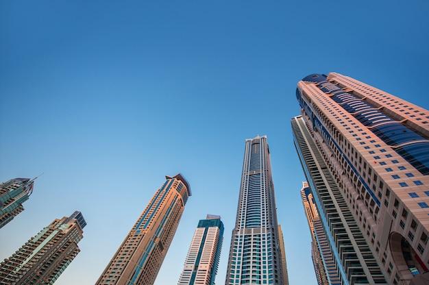 Wolkenkratzer auf einem hintergrund des himmels, immobilien.