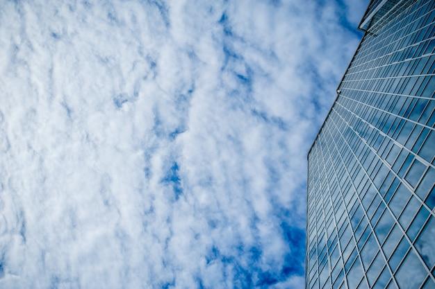 Wolkenkratzer auf einem hintergrund von wolken
