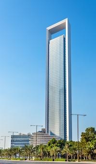 Wolkenkratzer des adnoc-hauptquartiers in abu dhabi am 29. dezember 2015. der 342 meter hohe turm wurde 2014 fertiggestellt