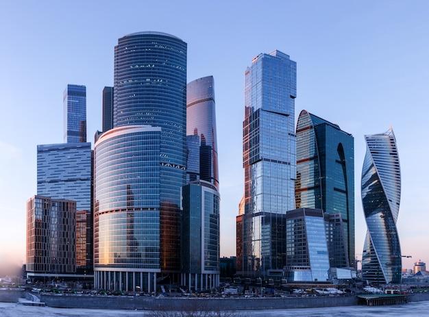 Wolkenkratzer des moskauer stadtgeschäftszentrums am abend.