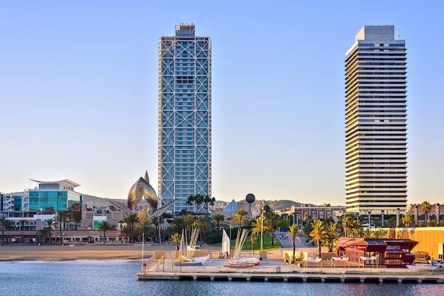 Wolkenkratzer, die nahe jachthafen, hafen-olympischer hafen, barcelona, spanien hochragen