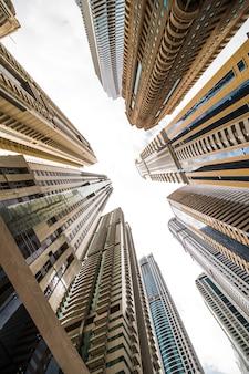 Wolkenkratzer, die zum himmel aufblicken. moderne metropole. moderne stadt