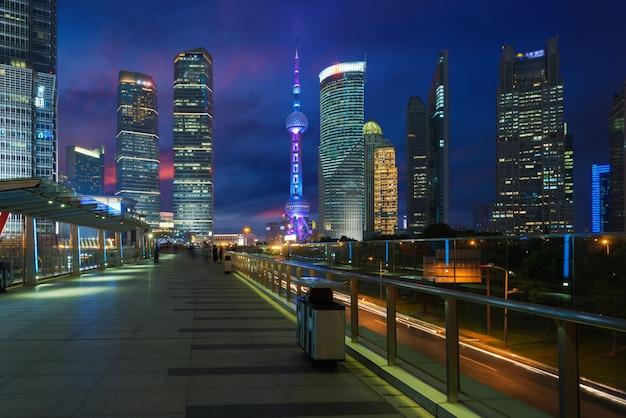 Wolkenkratzer-finanzbezirk shanghais lujiazui nachts in shanghai, china.