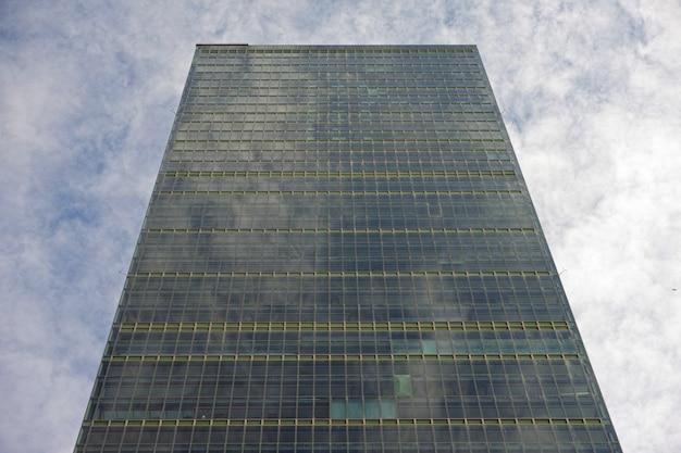 Wolkenkratzer gegen den bewölkten himmel