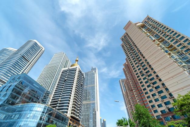 Wolkenkratzer im finanzbezirk der stadt, qingdao, china.