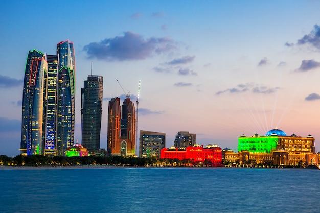 Wolkenkratzer in abu dhabi in der abenddämmerung, vereinigte arabische emirate