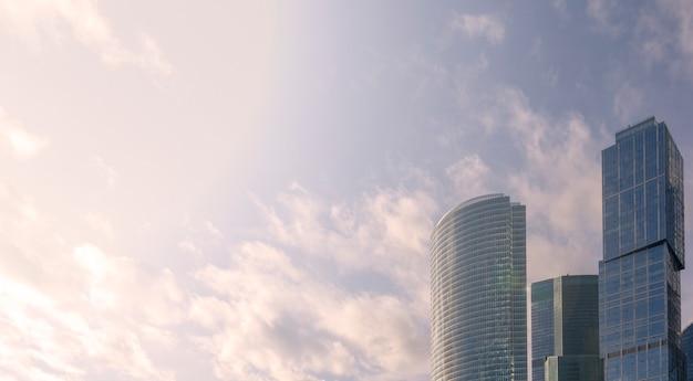 Wolkenkratzer in den strahlen des sonnenuntergangs.