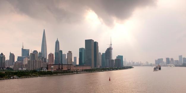 Wolkenkratzer in der ufergegend, huangpu-fluss, pudong, shanghai, china
