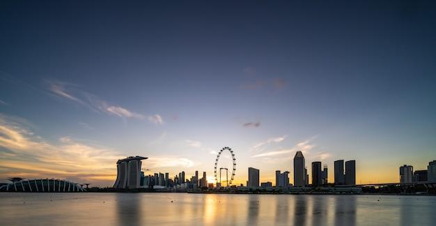 Wolkenkratzer in singapur in der abenddämmerung