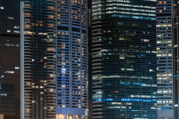 Wolkenkratzer nahaufnahme hong kong cityscape in der nacht, geschäftsfinanzbezirk, tourist und reiseziel, architekturgebäude und marksteinkonzept