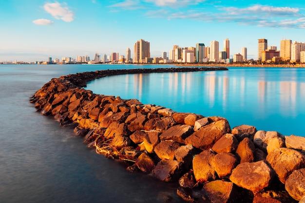 Wolkenkratzer und ihre reflexionen auf dem see in manila bay manila philippinen