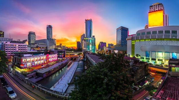 Wolkenkratzer und pratunam pier in bangkok; wassertransport mit dem schnellboot