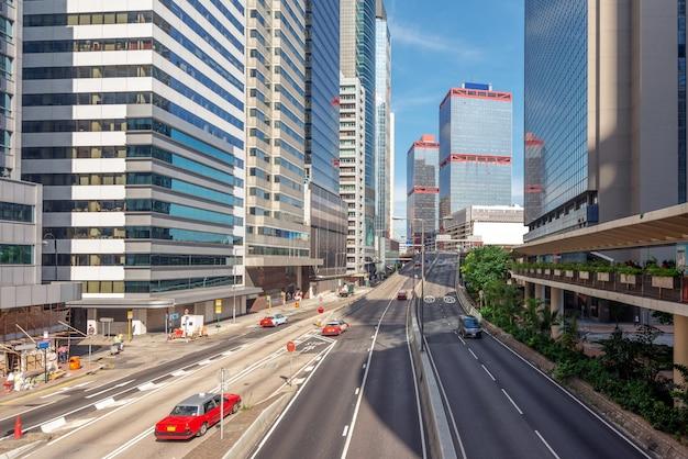 Wolkenkratzer und straße, hong kong stadtansicht.