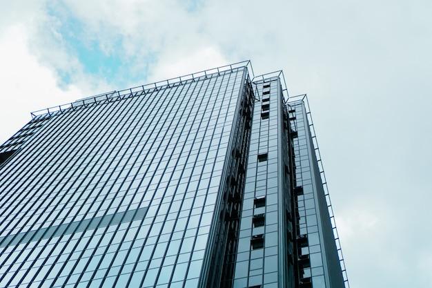 Wolkenkratzer und turm des geschäftszentrums, blauer himmel, geschäftskonzept. banner
