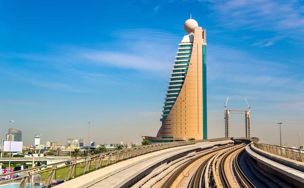 Wolkenkratzer und u-bahn in dubai - vereinigte arabische emirate
