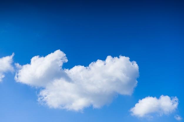 Wolkenlandschaft. blauer himmel und weiße wolke. sonniger tag. kumuluswolken.