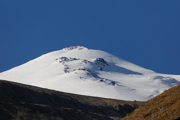 Wolkenloser himmel über dem schneebedeckten gipfel des mount elbrus, nordkaukasus