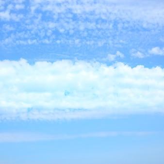 Wolkenstreifen am blauen himmel, kann als hintergrund verwendet werden