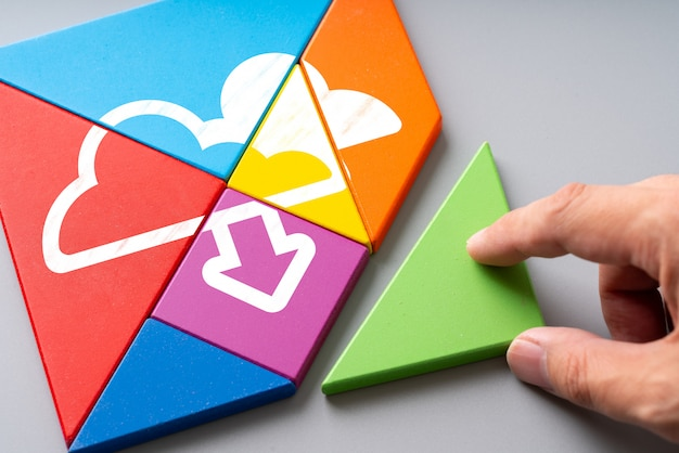 Wolkentechnologieikone auf buntem puzzlespiel