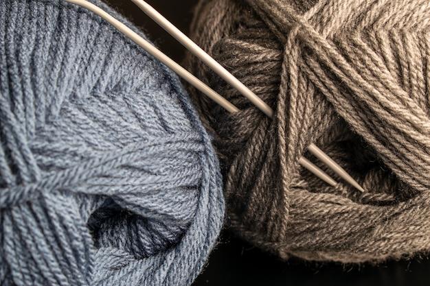 Wolle und nadeln stricken, garn stricken und stricken, wollknäuel