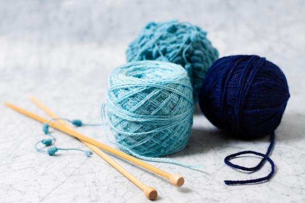 Wolle und nadeln zum stricken