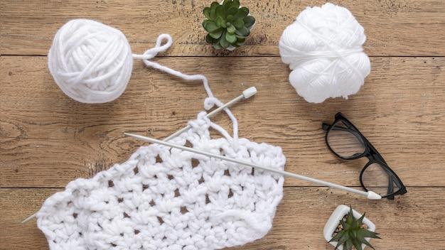 Wolle und stricknadeln