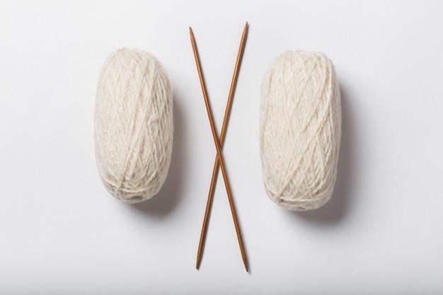 Wollfäden mit speichen zum stricken isoliert