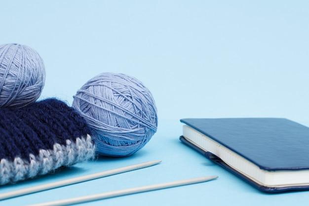 Wollgarn zum stricken. knäuel aus natürlichem wollgarn und stricknadeln
