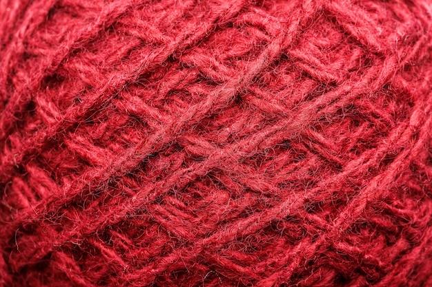 Wollgarnnahaufnahme mit roten threads für näharbeit