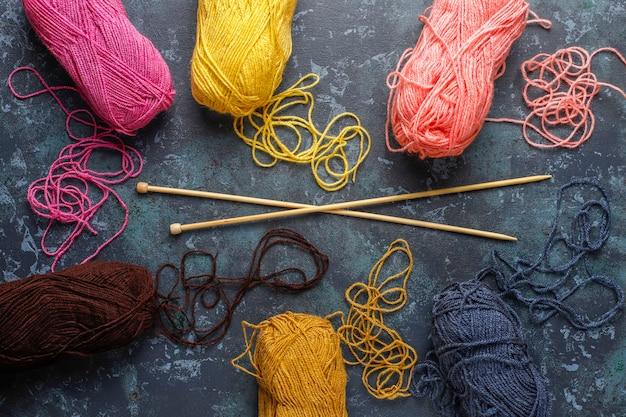 Wollknäuel in verschiedenen farben mit stricknadeln. Kostenlose Fotos