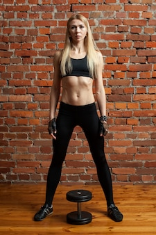 Womanl macht fitnessübungen